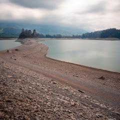 Le lac de la gruyère asséché laisse apparaître la belle île d'Ogoz